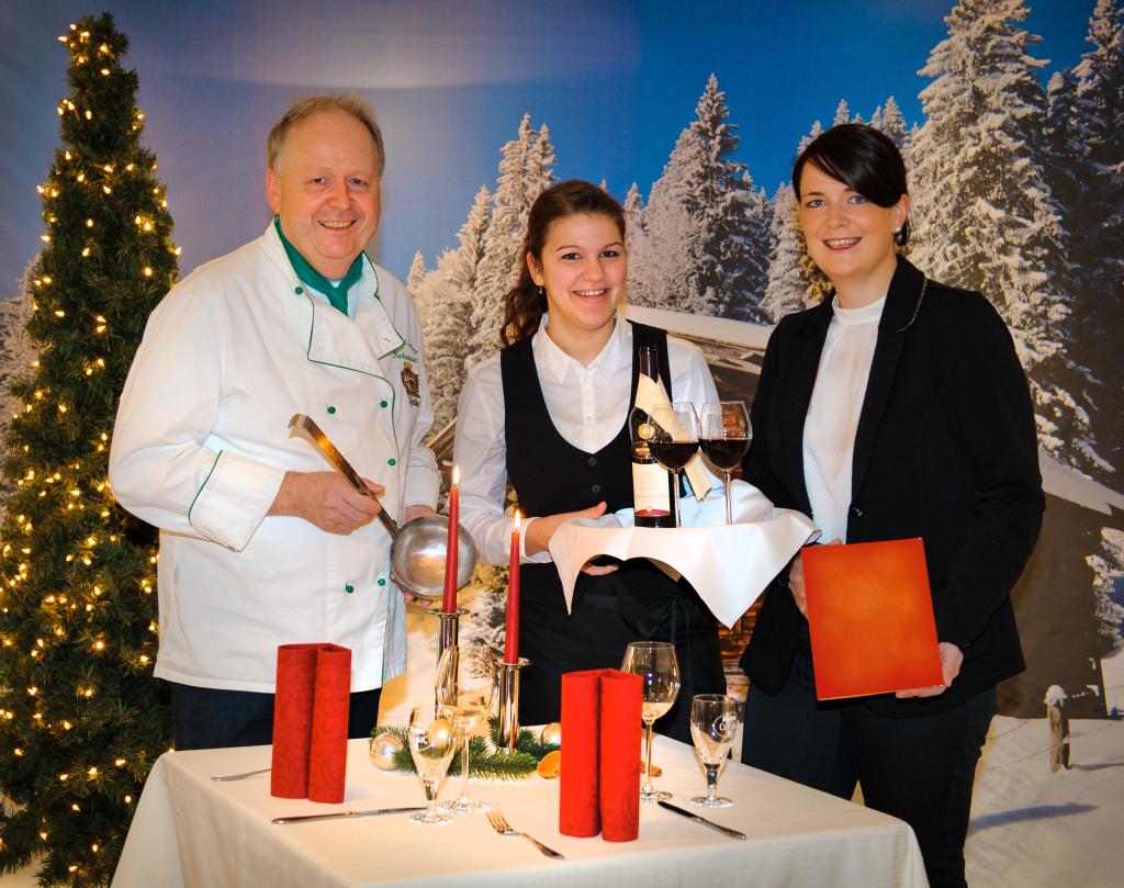 Gastronom Eberhard Schmitt und seine Tochter Elena (rechts) sind stolz auf die Erfolge ihrer Auszubildenden Ramona Storch. Foto: Klaus Lippert