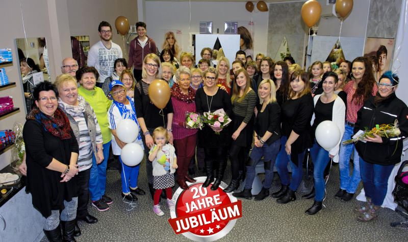 Alexandra Raab (Mitte) feierte mit Mitarbeitern, Kunden und Freunden.