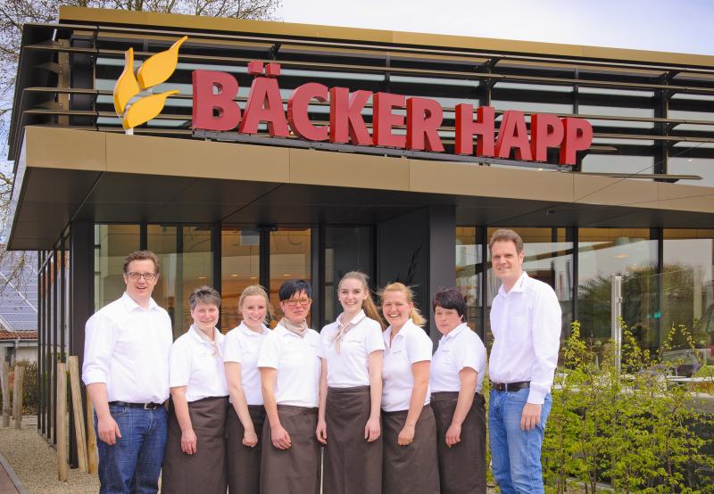 Michael Happ (links) und Christoph Happ (rechts) mit ihren Mitarbeiterinnen aus dem Cafe. Foto Klaus Lippert