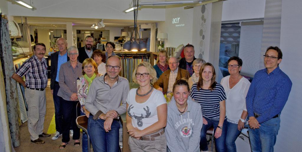 Der Gewerbeverein Neuhof zu Gast bei Michael, Kerstin und Emma Vogel (vorne Mitte). Foto: Fotostudio Lippert