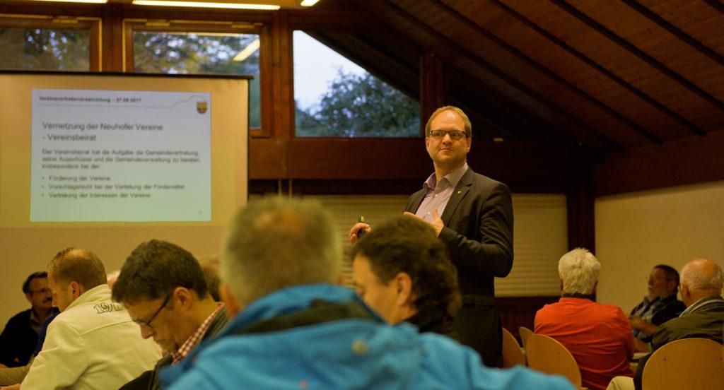 Neuhofs Bürgermeister Heiko Stolz moderierte die Vereinsvertretersitzung. Fotos: Fotostudio Lippert