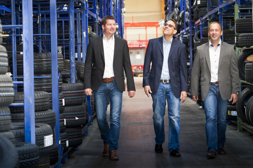 Holger Krieg (rechts) und Tobias Fink inspizieren mit Gewerbevereinsvorsitzendem Mathias Föller (Mitte) die riesigen Lager- und Logistikflächen in Dorfborn. Fotos: Klaus Lippert