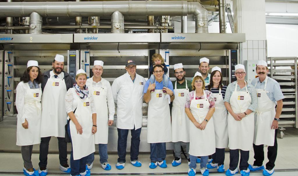 Der Vorstand des Gewerbevereins Neuhof bei einer Betriebsbesichtigung bei Bäcker Happ. Foto: Fotostudio Lippert