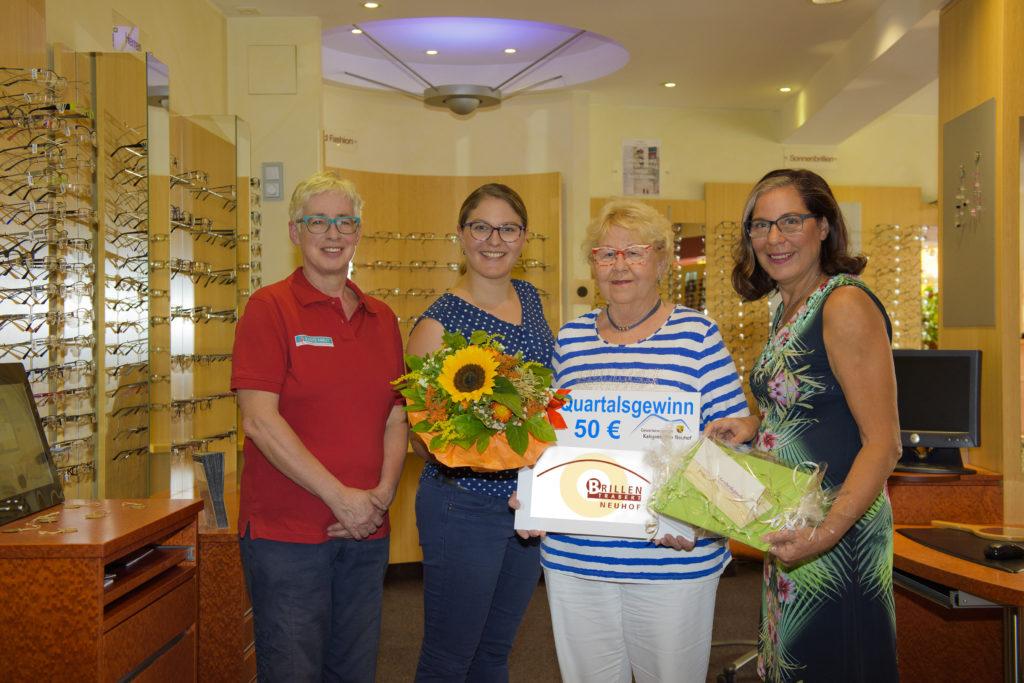 (von links): Die Gewinnbeauftragte Manuela Vogel, Julia Hochgreef, Gewinnerin Karola Schulz und Iris Trabert-Hochgreef. Foto: Fotostudio Lippert