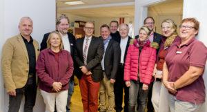 Die Verantwortlichen bei Mediana, Gesellschafter Oliver Kropp, Neuhofs Bürgermeister Heiko Stolz, Mitarbeiter und Führungsriege von Mediana Mobil beim offiziellen Einweihungsfoto. Foto: Fotostudio Lippert